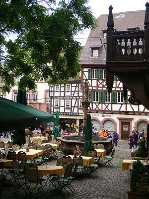 Der Marktplatz in Weinheim lädt zum Bummel und Einkehren ein