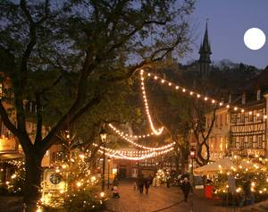 Der Weihnachtsmarkt in Weinheim ist besonders reizvoll. Die verwinkelten Gassen  und der historische Marktplatz bieten das perfekte romantische Ambiente für ein stimmungsvolles Weihnachtsgefühl an der Bergstrasse
