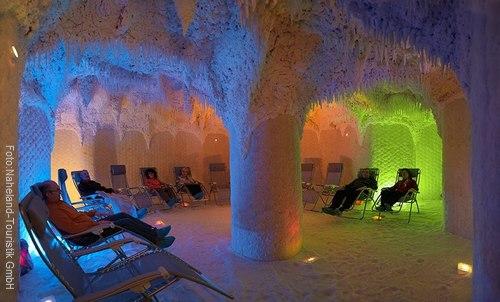 In der Crucenia Therme Bad Kreuznach können Besucher im warmen Solewasser und einem großen Süsswasserpool ihre Runden drehen, in der Salzgrotte entspannen und bei schönem Wetter auf der großen Sonnenterrasse die Aussicht auf die Nahe und den Kauzenberg genießen.